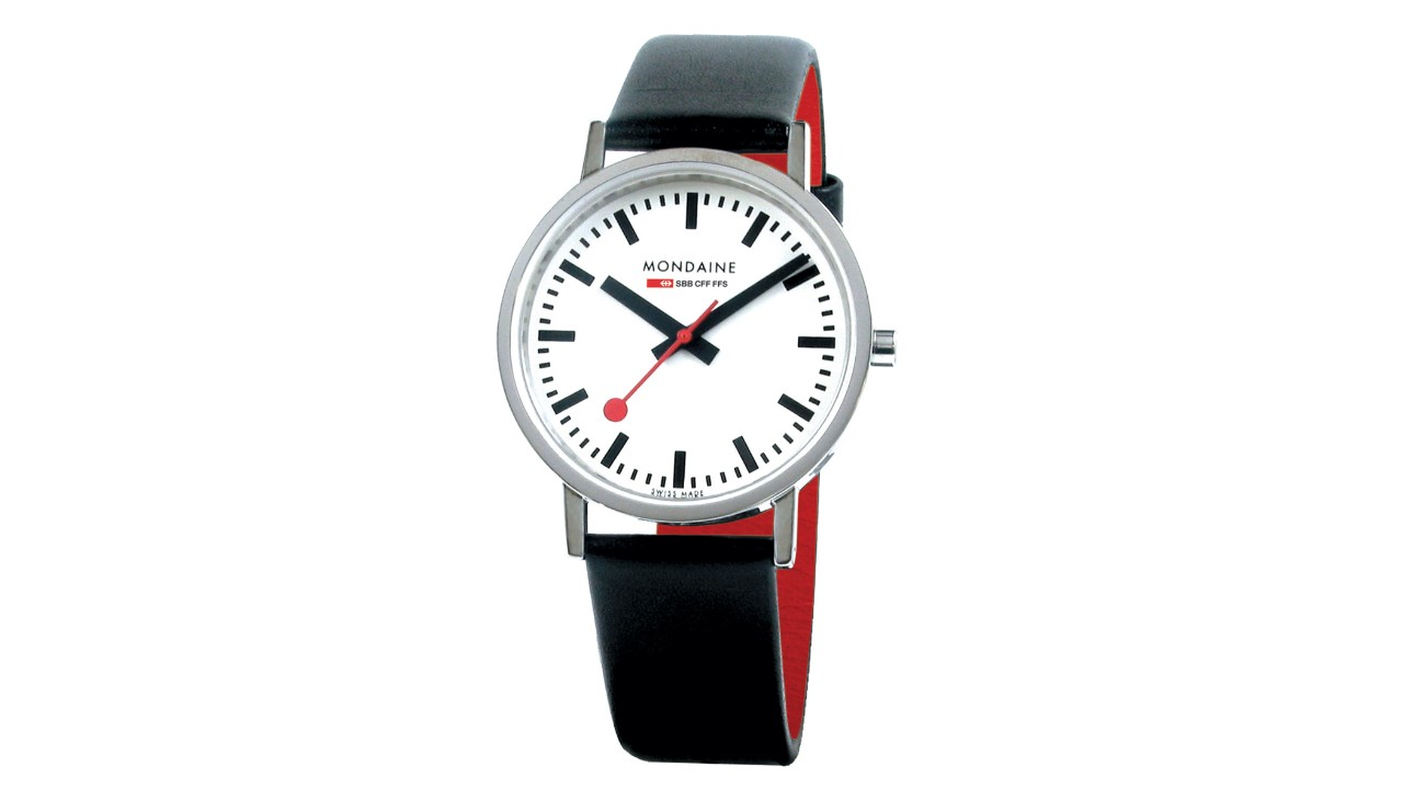 A watch with a classic white face, housing made of polished stainless steel and a diameter of 36mm. The 18mm wide leather strap is black on the outside and red on the inside.